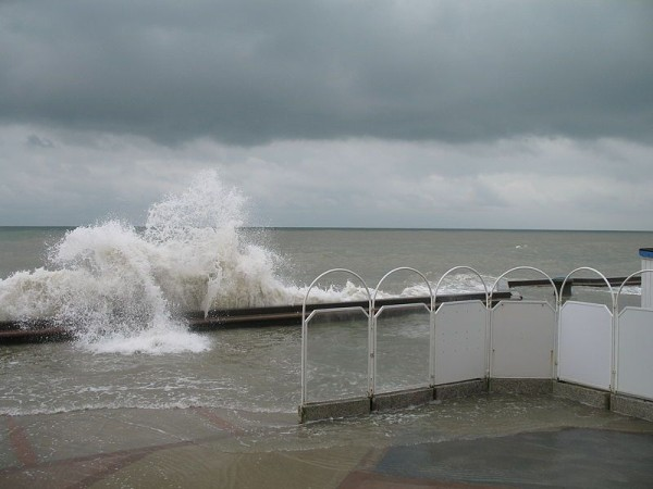 Spring tide Wimereux, France, Sept 2007 (photo from Wikimedia Commons)