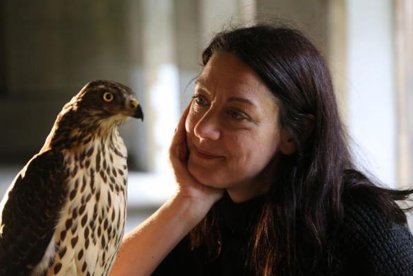 Helen Macdonald with goshawk (photo ©Mike Birkhead Associates)